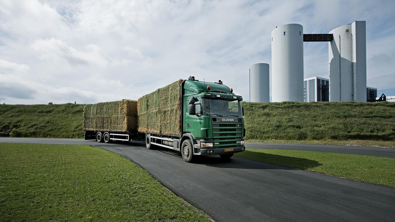 lastbil på väg in i biogasanläggning
