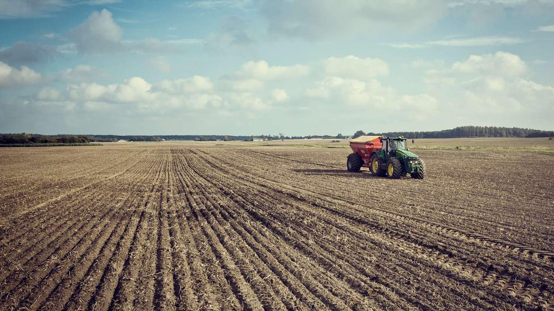 traktor på ett fält