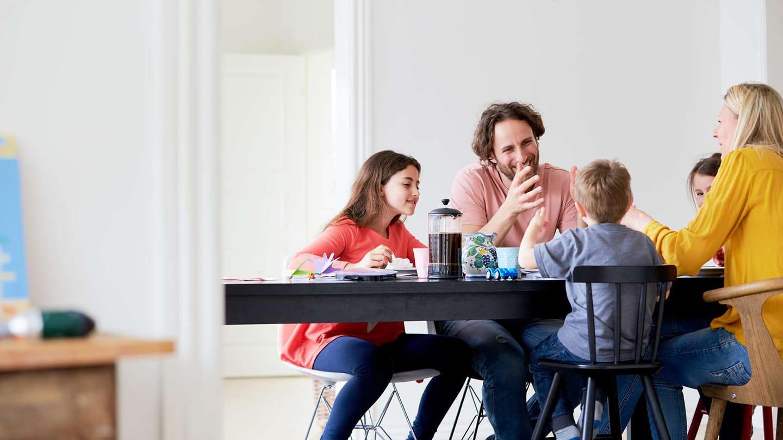Familj vid middagsbordet