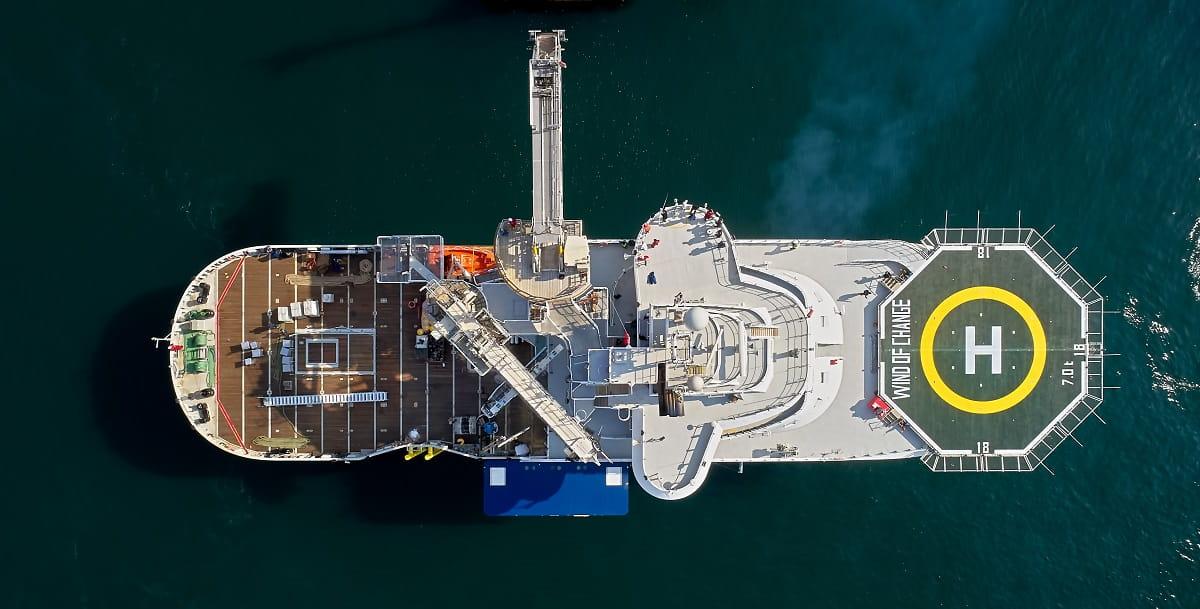 Das 84 Meter lange und 20 Meter breite Schiff bietet Platz für 90 Kabinen, von denen 30 für die Crew und 60 für unsere Mitarbeiter und die Mitarbeiter unserer Dienstleister sind.